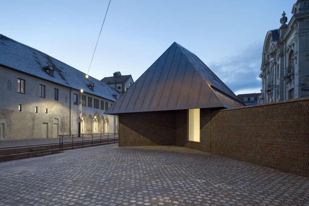 Entre les deux ensembles qui se font face de part et d'autre de la place Unterlinden, la maison, nouvel édifice, qui marque la présence du musée dans la ville.