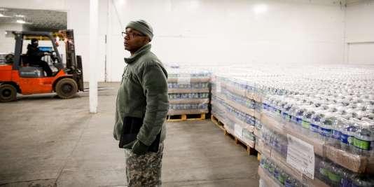 La garde nationale américaine organise la distribution d'eau en bouteille à Flint, dans le Michigan.