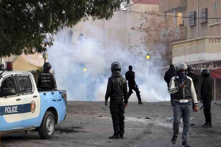 D'autres affrontements entre manifestants et forces de l'ordre ont été signalés, comme ici, à Ennour, près de Kasserine.