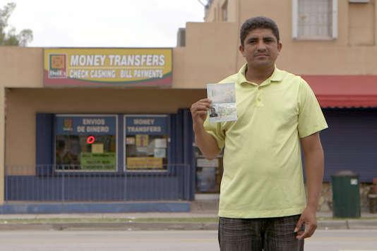 Le migrant hondurien Brando Alvarenga à Miami, en Floride, devant une agence de transfert de fonds.