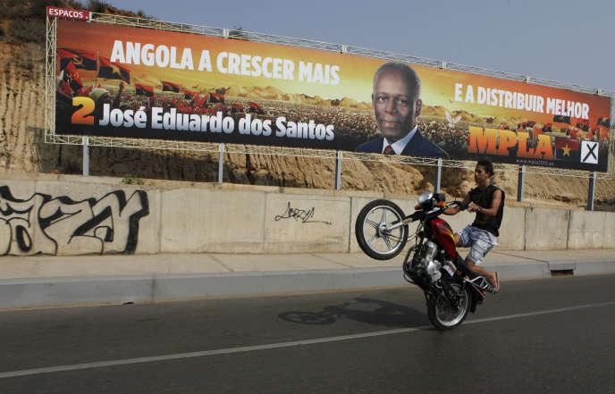 Affiche de campagne électorale à Luanda, en septembre 2012, louant les qualités du président dos Santos, au pouvoir depuis 1979.