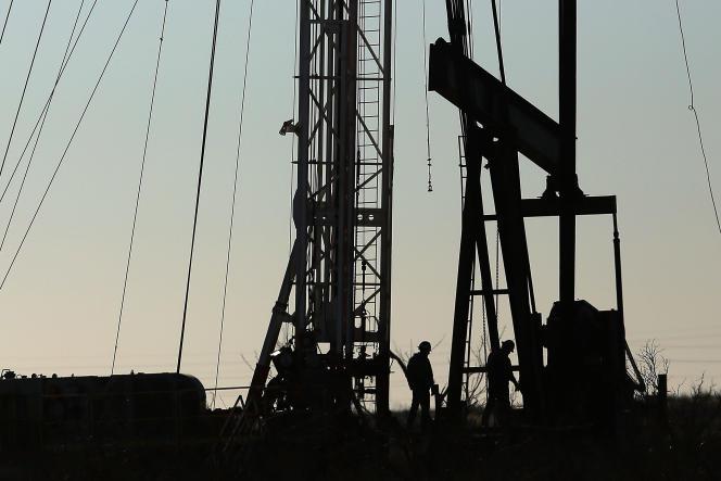 Des travailleurs sur un site d'exploitation du pétrole à Andrews au Texas le 20 janvier 2016.