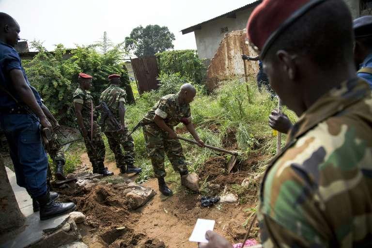 Des militaires burundais recherchent des armes dans le quartier de Mutakura, près de Bujumbura, le 11 janvier.