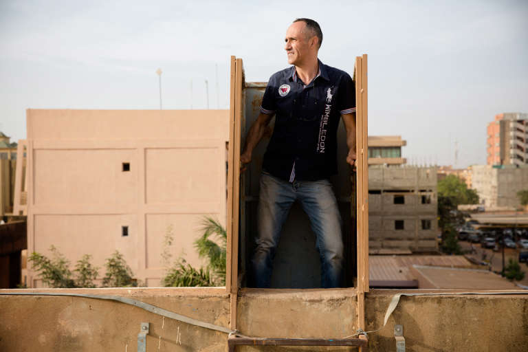 Eric Coulaud, patron de l'hôtel Yibi, a dû se cacher sur le toit de son établissement lors de l'attentat du 15 janvier 2016.