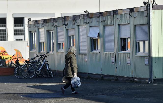 Une migrante retournant à un foyer d'accueil à Cologne en Allemagne.