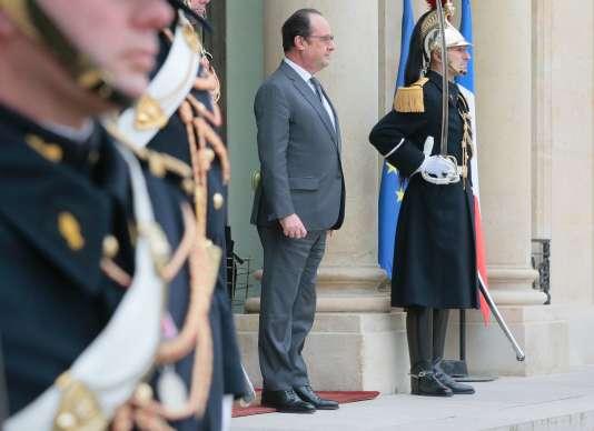 François Hollande s'apprête à accueillir le président du Sénat, Gérard Larcher, le 22 janvier 2016 à l'Elysée.
