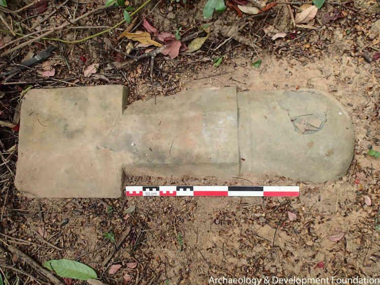 En grès, de plus d'un mètre pour 300 kilos, ce magnifique linga est le symbole phallique de Shiva, divinité majeure du panthéon hindou. Il a été trouvé par les villageois, après une forte pluie qui avait dégagé les feuilles le recouvrant. Il a sans doute été dissimulé faute d'être emporté par les pilleurs, surpris par son poids.  Il est aujourd'hui à l'abri au musée de Siem Reap.