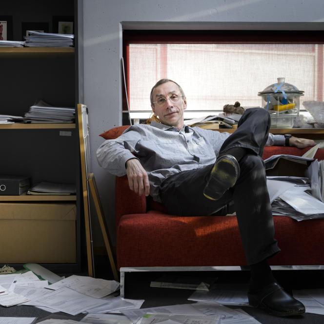 Svante Paabo, dans son bureau de l'Institut Max-Planck d'anthropologie évolutive, à Leipzig (Allemagne).