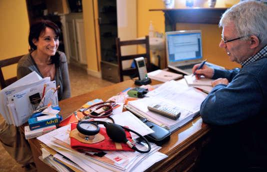 Lors d'une consultation chez un docteur de Godewaersvelde, dans le nord de la France, en septembre 2012.
