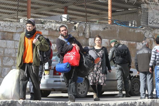Des colons israéliens sont expulsés des logements dont ils avaient pris possession, le 22 janvier 2016 à Hébron.