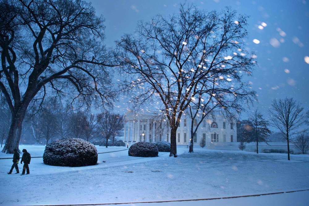 """La Maison Blanche n'échappe pas à la tempête, surnommée """"Snowzilla"""" par le quotidien """"Washington Post"""", en référence au destructeur lézard géant du cinéma japonais, """"Godzilla"""". Sur les réseaux sociaux, certains internautes l'ont surnommé """"David Snowie"""", en hommage au chanteur disparu au début du mois."""