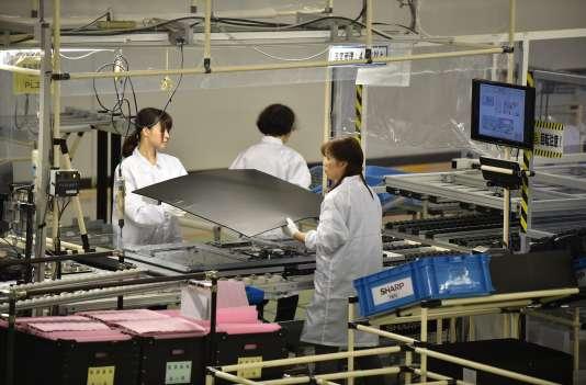"""Dans une usine Sharp, à Yaita, des ouvriers travaillent sur le nouveau téléviseur """"Aquos 4k"""""""