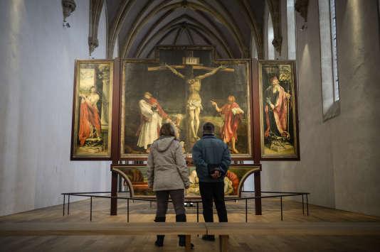 Un couple observe le retable d'Issenheim peint par Matthias Grünewald au Musée Unterlinden de Colmar le 20 janvier 2016.