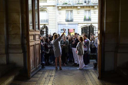 Entrée des élèves lors des épreuvues du bac 2015 à Paris. AFP / MARTIN BUREAU