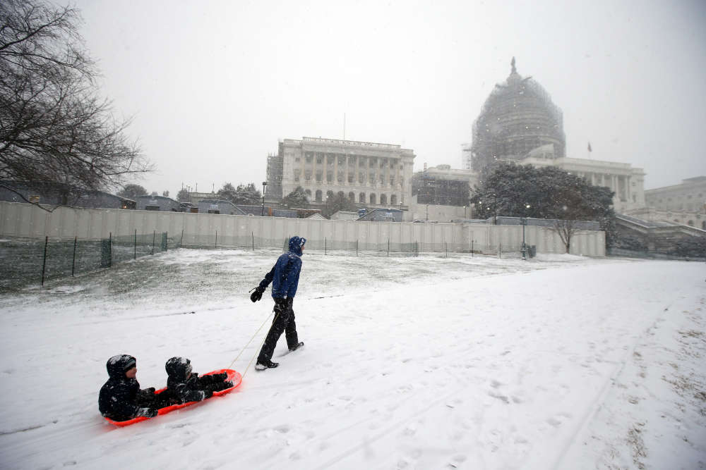 Si les prévisions se concrétisent, la tempête Jonas se placerait en deuxième position des plus grosses quantités de neige déversées en deux jours sur Washington, le record ayant été établi en 1922 avec 66 centimètres tombés en 48 heures. Idéal pour faire de la luge devant le Capitole.