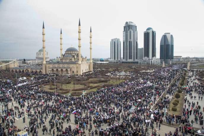 Des dizaines de milliers de Tchétchènes se sont rassemblés le 22 janvier 2016 à Grozny en soutien au président Ramzan Kadyrov.