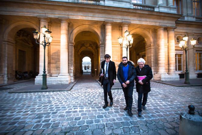Halim A., le 19 janvier, après son audience au Conseil d'Etat en compagnie de ses avocats, William Bourdon et Vincent Brengarth.