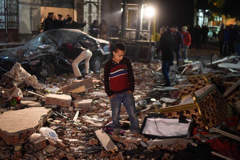 Une bombe a tué au moins six personnes, dont trois policiers, dans un faubourg du Caire, le 21 janvier 2016.