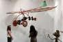 """Des visiteurs admirent une installation d'art, intitulée """"Alien Woman on Flying Machine"""" de l'artiste Yinka Shonibare, exposée à la foire Art Stage à Singapour, le 20 janvier 2016."""
