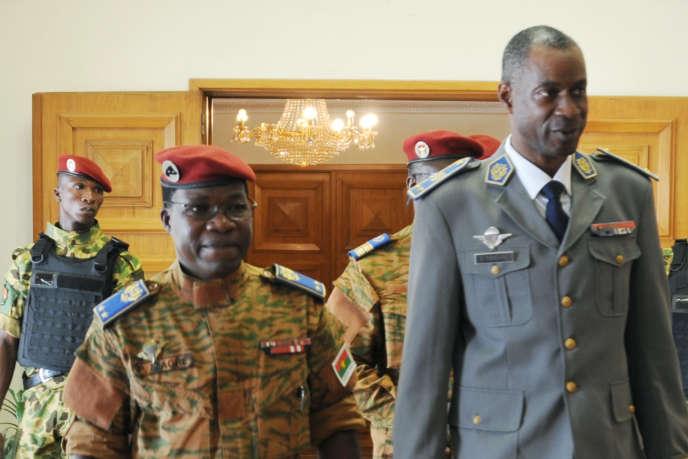 Le chef d'Etat-major burkinabé, Pingrenoma Zagre et le putschiste Gilbert Diendere à l'aéroport de Ouagadougou, le 23 septembre 2015.