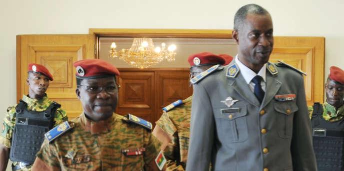 Le général Gilbert Diendéré (d), accompagné du chef d'état-major de l'armée, le généralPingrenoma Zagré (g), le 23septembre 2015, durant la tentative de coup d'Etat.