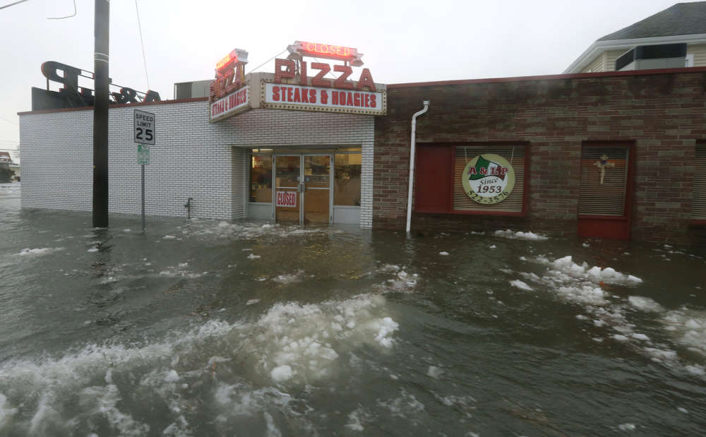 Le New Jersey (ici à North Wildwood, le 23 janvier) et le Delaware ont aussi été durement touchés par la tempête, qui a provoqué des inondations dans plusieurs zones côtières.