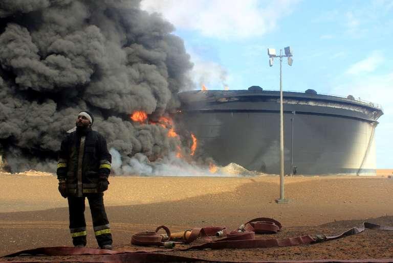 Réservoir de pétrole en feu dans la région de Ras Lanouf dans le nord de la Libye après une attaque de l'organisation Etat Islamique, le 23 janvier 2016.   / AFP / STRINGER