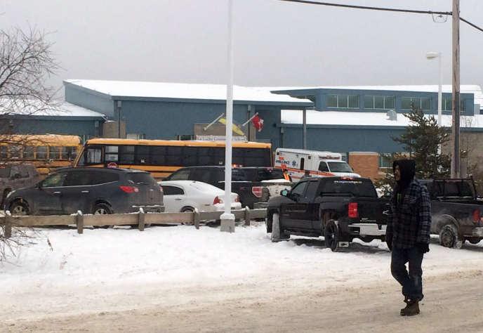 Les abords de l'école de La Loche (Canada), le 22 janvier 2016, après la fusillade ayant fait un bilan provisoire de quatre morts.