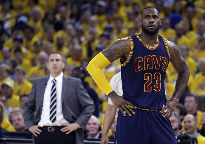 LeBron James devant l'ancien entraîneur de Cleveland, David Blatt, en juin 2015.