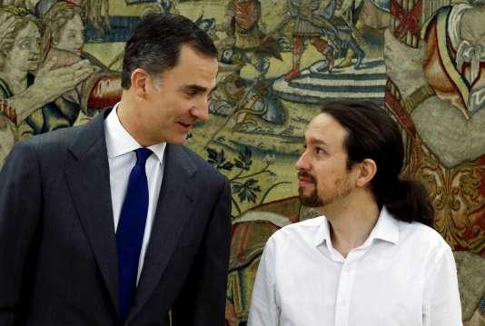 Le roi Felipe VI avec le leader de Podemos, Pablo Iglesias, le 22 janvier 2016 à Madrid.