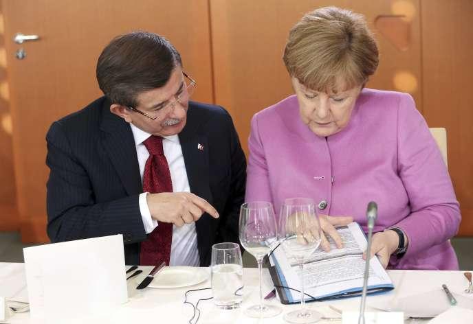 La chancelière allemande, Angela Merkel, et le premier ministre turc, Ahmet Davutoglu, à Berlin, le 22 janvier.