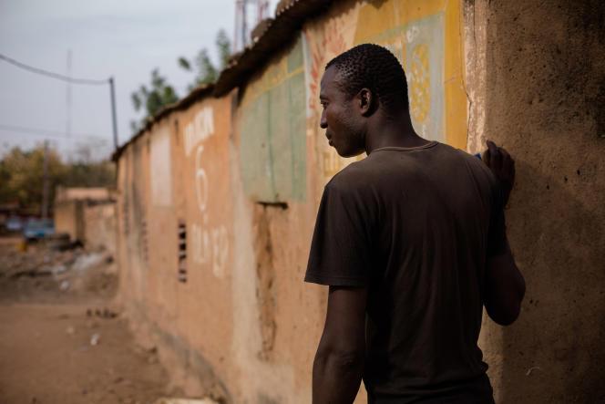 Ibrahim Palé a fait preuve de courage le soir des attentats en secourant la photographe Leila Alaoui, grièvement blessée. Il l'a conduite tant bien que mal à l'arrière de sa moto pour la mettre en sécurité à la base aérienne de Ouagadougou.
