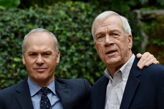 """L'acteur Michael Keaton et le journaliste du """"Boston Globe"""", Walter Robinson, à Rome, le 23 janvier 2016."""