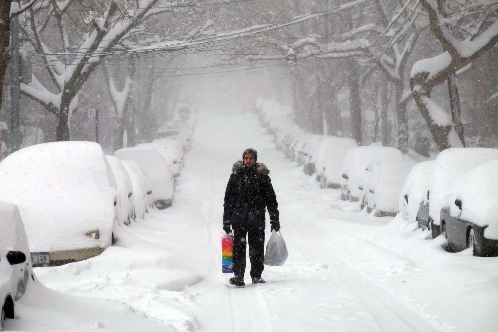 Le phénomène météorologique, surnommé «Snowzilla» par le quotidien «Washington Post» en référence au destructeur lézard géant Godzilla, avait été largement anticipé, déclenchant une ruée dans les supermarchés avant la tempête. Ici, à  New York, le 23 janvier2016.