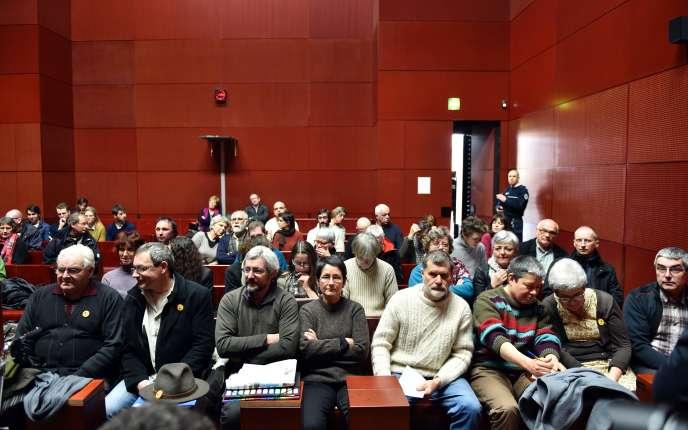 Les onze familles qui ont refusé l'expropriation de leurs terres au tribunal de Nantes, le13 janvier 2016.
