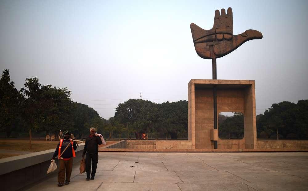 La Main ouverte est une structure mesurant 26 mètres au total. La structure métallique mesure 14 mètres et pèse 50 tonnes. Située à Chandigarh enInde, elle a été conçue pour tourner avec le vent.