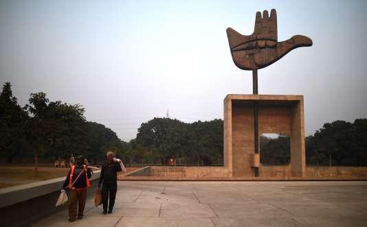 Le monument de la main ouverte, dessiné par Le Corbusier, dans le complexe urbanistique de Chandigarh, en Inde. Ce site est l'une des dix-sept réalisations de Le Corbusier, inscrites dimanche 17 juillet au Patrimoine mondial de l'Unesco.
