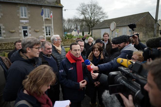 Bruno Retailleau, président (LR) de la région des Pays-de-la-Loire (LR), donne une conférence de presse devant la mairie du village de Notre-Dame-des-Landes (Loire-Atlantique), là où doit être construit le nouvel aéroport nantais (janvier 2015).