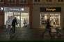 Les quatre protagonistes du marché français des télécoms ont un intérêt partagé pour s'entendre sur un scénario qui verrait la disparition d'un des opérateurs, avec la perspective de mettre fin aux guerres des prix à répétition (Photo: boutiques Bouygues Telecom et Orange à Montbéliard en janvier).