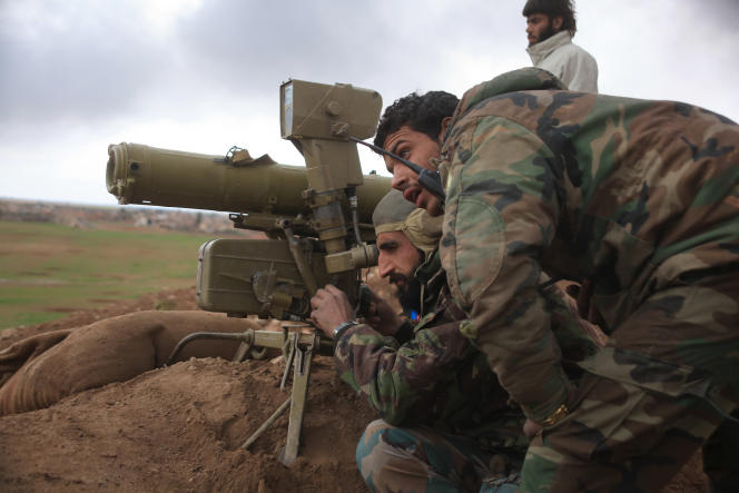 Des soldats syriens servent un système antichar, près d'Hatabat Al-Bab, non loin d'Alep, le 24 janvier.
