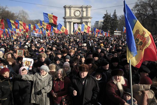 Des citoyens moldaves réclament la tenue d'élections anticipées lors d'une manifestation à Chisinau, le 24 janvier 2016.