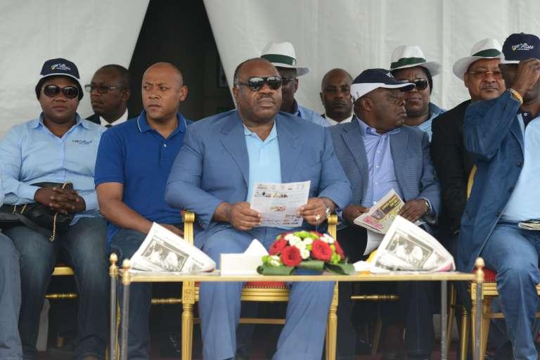Le président gabonais Ali Bongo assite à l'arrivée de la course cycliste Tropicale Amissa Bongo le 24 janvier à Libreville.
