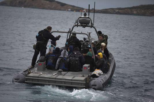Une navette Frontex transfère une vingtaine de réfugiés de l'île grecque de Pasas aux îles d'Inousse, le 20 janvier 2016.