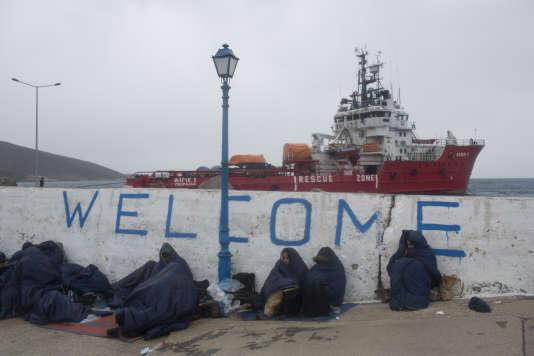 Des réfugiés, sur les îles grecques d'Inousses, le 20 janvier 2016, patientent avant d'être transférés à Chios.