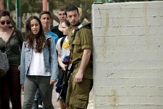 Yaki (David Cunio) effectue son service militaire dans l'armée israélienne.
