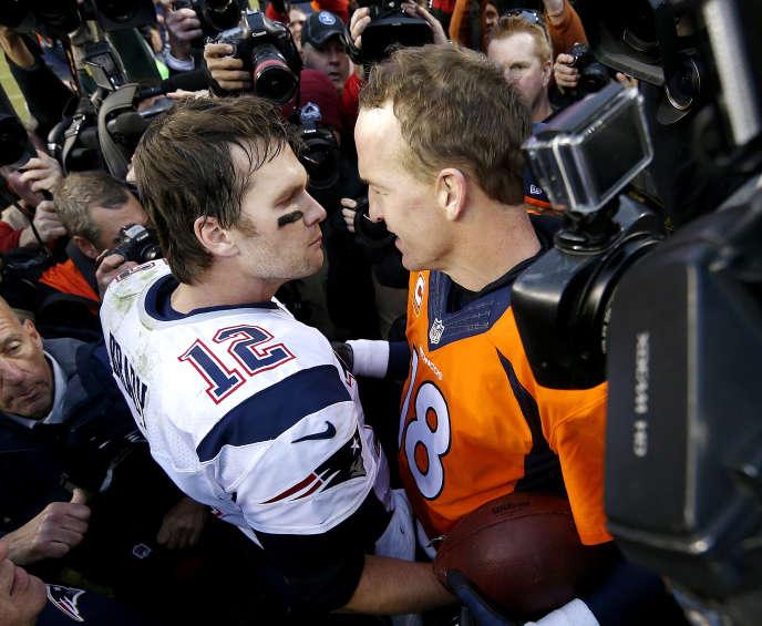 Tom Brady (numéro 12), le quarterback des New England Patriots, face à  Peyton Manning, son homologue des Denver Broncos, le 24janvier à Denver.