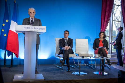 Robert Badinter, Manuel Valls et Myriam El Khomri lors de la remise du rapport sur le droit du travail à Matignon à Paris, lundi 25 janvier 2016.