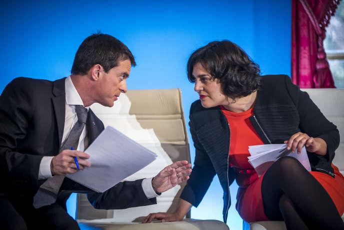 Manuel Valls et Myriam El Khomri s lors de la remise du rapport sur le droit du travail à l'Hotel Matignon à Paris, lundi 25 janvier 2016