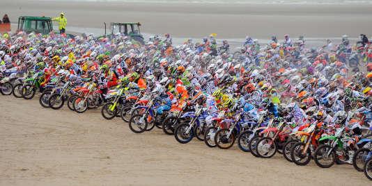 Départ en ligne et en deux vagues pour un millier de motards sur la plage du Touquet.