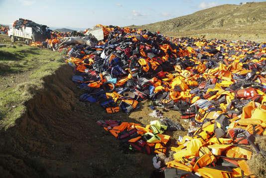 Des gilets de sauvetage utilisés par des hommes, femmes et enfants qui ont fait la traversée depuis la Turquie sur l'île de Lesbos en Grèce, le 25 janvier.